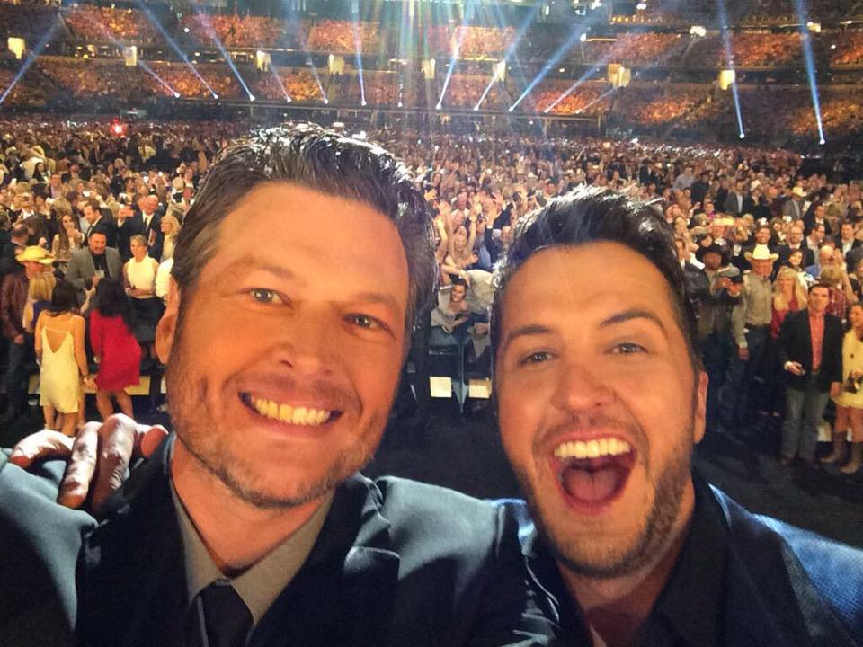 Blake Shelton Luke Bryan ACM Awards Selfie - CountryMusicRocks.net
